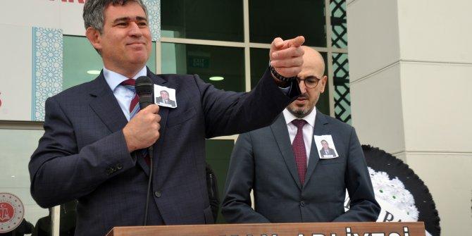 Baro Başkanı, eski baro başkanının cenazesinde gözyaşlarına boğuldu