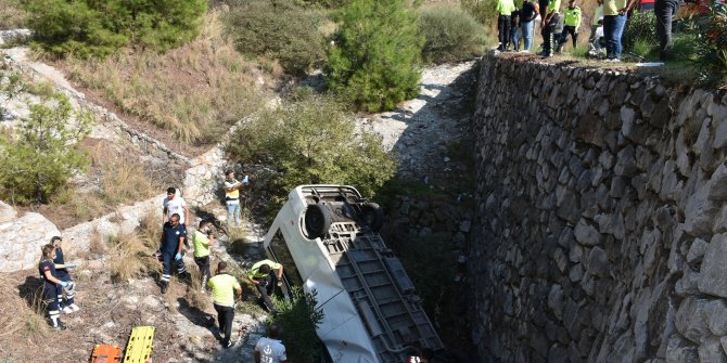Rampa çıkarken dere yatağına uçan öğrenci servisinin şoförü öldü