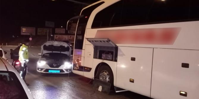 Arızalanan otobüsün şoförünün imdadına polisler yetişti