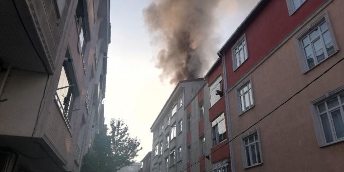 Esenyurt'ta binanın çatısı alev alev yandı