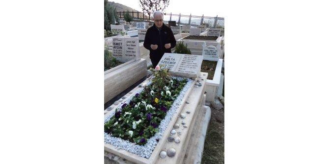 Öldürülen kızının yaş gününü, mezarı başında kutladı