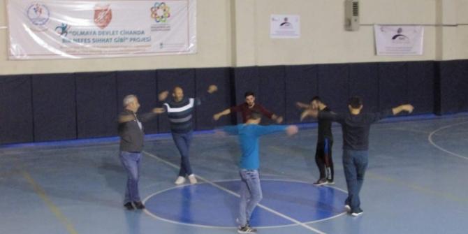 Yetişkinler yöresel halk oyunlarını öğreniyor