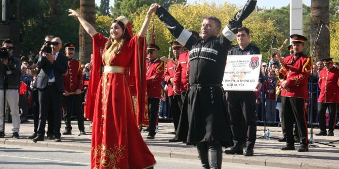 Denizli'de 29 Ekim kutlamalarına 'gardiyanların' gösterisi damga vurdu