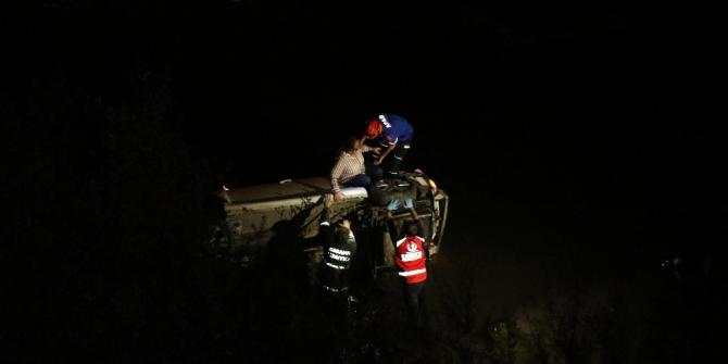 Kontrolden çıkan otomobil ırmağa uçtu: 2 yaralı