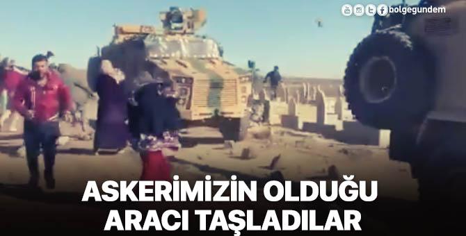 Türk askerini taşıyan zırhlı aracı taşladılar
