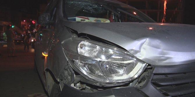 Hafif ticari araç kırmızı ışıkta bekleyen otomobile çarptı: 2'si kadın 3 yaralı