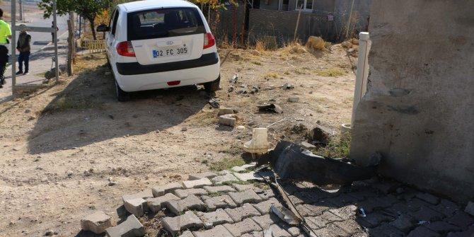 Lastiği patlayan otomobil evin duvarına çarptı: 3 yaralı