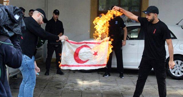 Kıbrıs Rum kesiminde KKTC bayrağının yakılması skandalına Dışişleri'nden sert tepki!