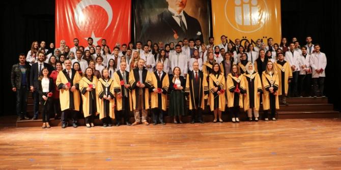 Malatya'da eczacı adayları beyaz önlüklerini törenle giydi