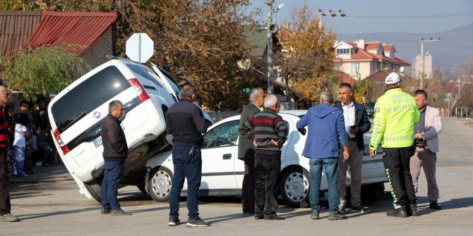 Otomobil, hafif ticari aracın altına girdi: 2 yaralı