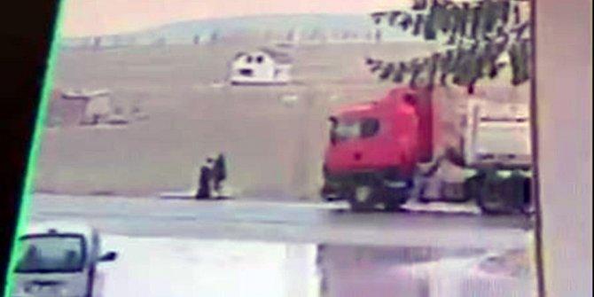 Açık unutulan kamyon kasası kapağının çarptığı kadın öldü