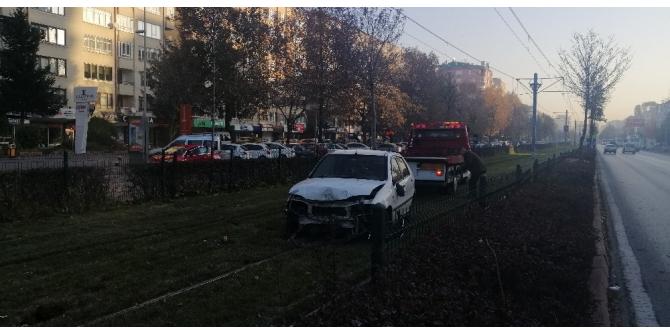 Direksiyon hakimiyeti kaybolan otomobil tramvay yoluna girdi