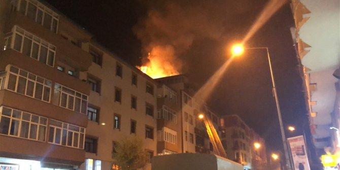 Kars'ta, apartmanın çatı katında çıkan yangın panik yarattı