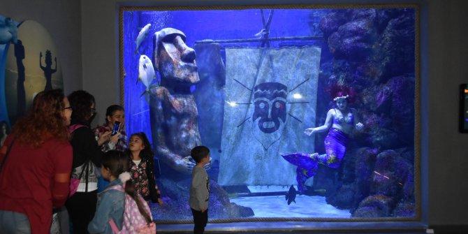 Su altı dünyasında ara tatile özel deniz kızı gösterisi