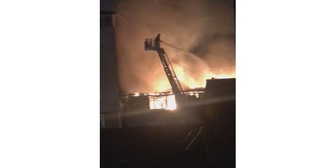 Beyoğlu'nda iki binanın çatısı alev alev yandı