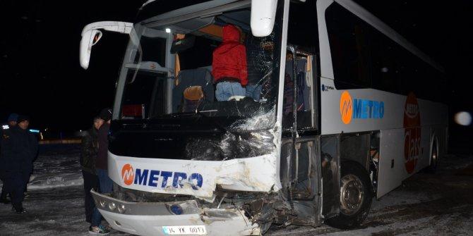 Yolcu otobüsü ile çarpışan otomobildeki karı- koca öldü