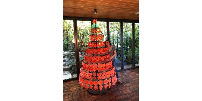 Atık pet şişelerden yapılan yılbaşı ağacı, geri dönüşüm farkındalığı yaratıyor