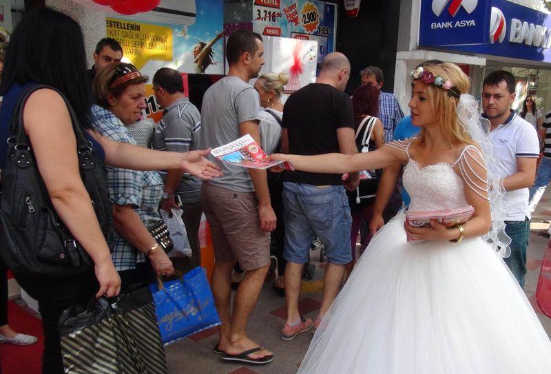 Gelinlikle broşür dağıtınca evlilik teklifi aldı