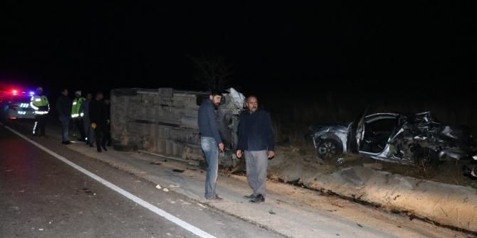 Otomobile çarpan işçi servisi devrildi: 16 yaralı