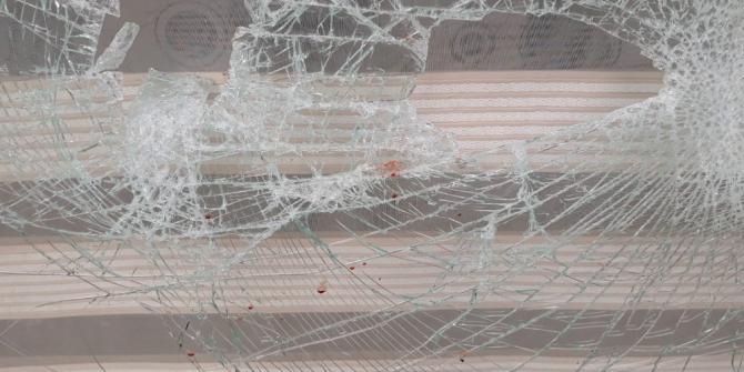 Restoranın camlarını kırdı, güvenlik kamerasına yakalandı