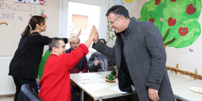 Başkan Öküzcüoğlu'ndan Alaşehir'in özel öğrencilerine destek