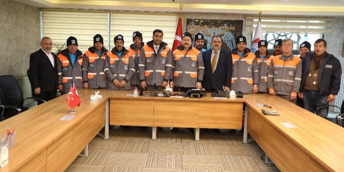 Başkan Palancıoğlu işçi kıyafetlerini önce kendisi giydi kontrol etti, sonra teslim etti