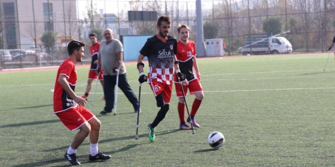 Öğrenciler ve ampute takımı futbol maçı yaptı