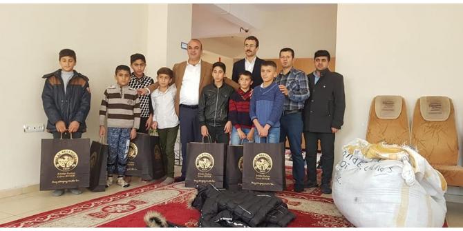 Başkan Benek'ten öğrencilere kışlık bot ve mont yardımı