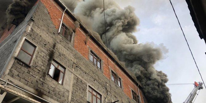 Mobilya atölyesindeki yangın evlerin çatısına sıçradı