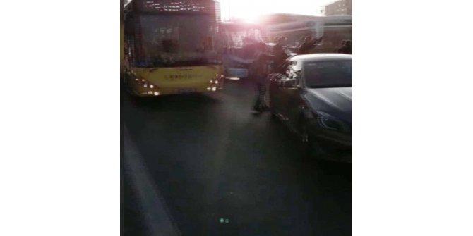 Kadıköy D-100'de hareketli dakikalar ;  otobüsün önünü kesti yolu trafiğe kapattı
