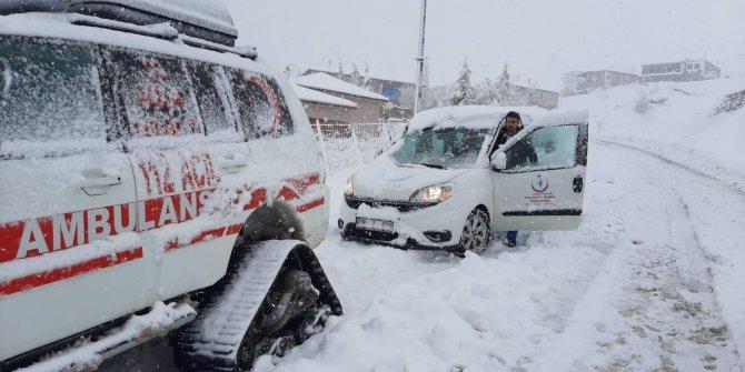 Karda mahsur kalan hastalar, paletli ambulansla hastaneye ulaştırıldı
