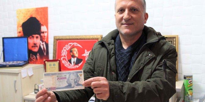 Atatürk'ün yüzüne damla gibi yansıyan basım hatalı banknotu 17 yıldır saklıyor