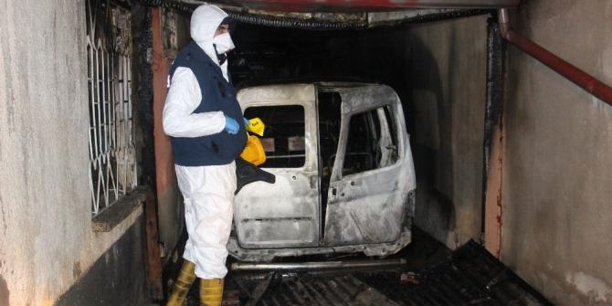 Garajdaki hafif ticari araç yanarak kullanılamaz hale geldi