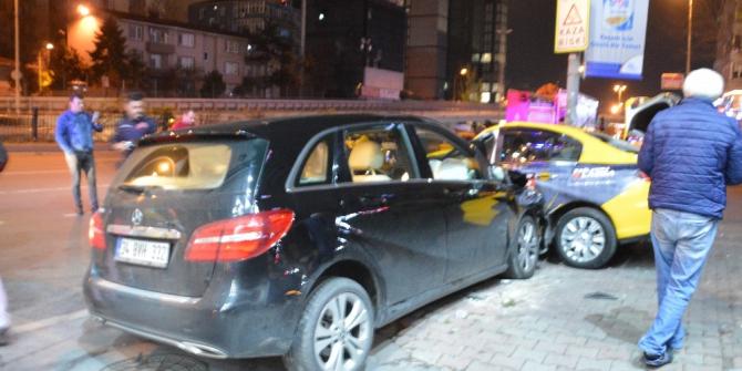 Büyükdere Caddesinde taksi ile ticari araç çarpıştı: 3 yaralı
