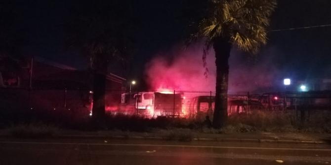 İzmir'de servis bakım alanında yangın: 6 araç yanarak küle döndü