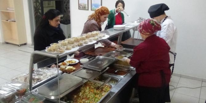 Liseli aşçılar 300 kişiyi doyuruyor