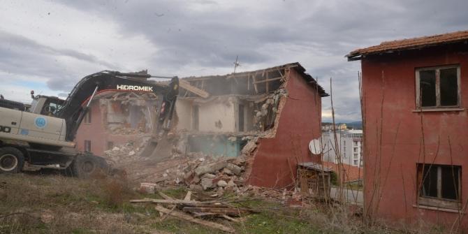 Tehlike arz eden belediye lojmanları yıkılmaya başlandı