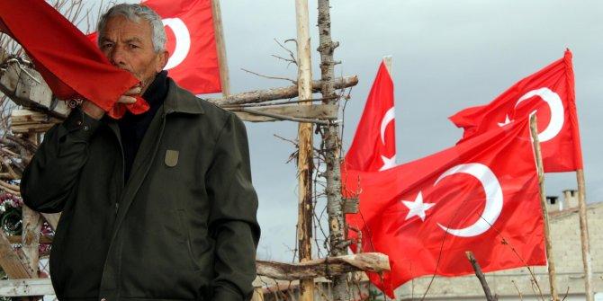 Darbe girişiminden sonra evini Türk bayraklarıyla donattı