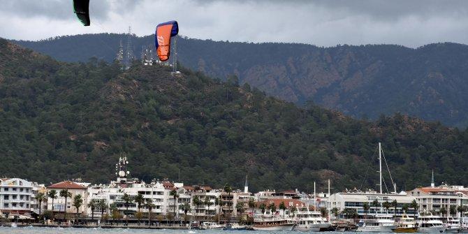 Marmaris'te uçurtma ve rüzgar sörfü