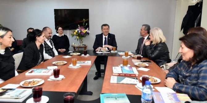 Milli Eğitim Bakanı Selçuk'u duygulandıran kucaklaşma