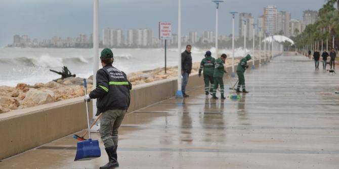 Büyükşehir ekipleri, yağıştan etkilenen bölgelerde çalışmalarını sürdürüyor