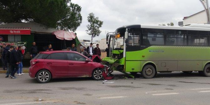 Sürücüsü rahatsızlanan otomobil, halk otobüsüne çarptı