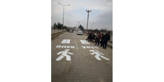 Okul önlerine 'Önce yaya' görselleri çizildi