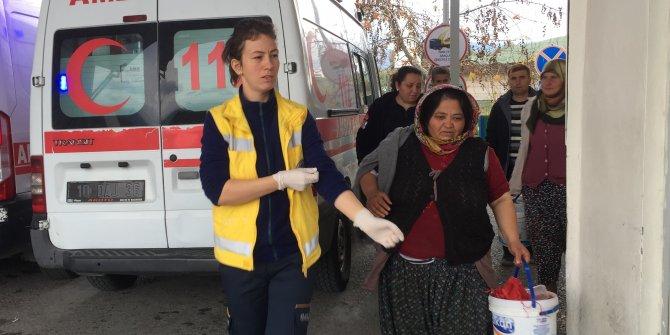 Zeytin işçilerini taşıyan minibüs, kamyona çarptı: 10 yaralı