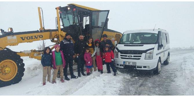 Köy yolunda 'kar' nedeniyle mahsur kalan öğrenciler kurtarıldı