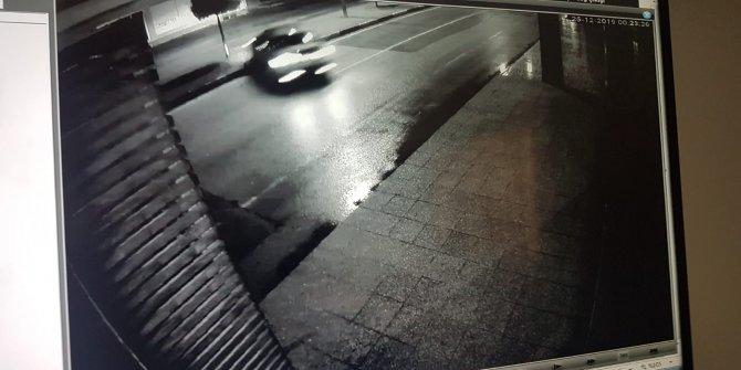 Yolun karşısına geçmek isteyen bisikletliye otomobilin çarptığı anlar kamerada