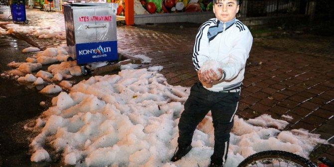 Antalya'da yağan dolu, kar görüntüsü oluşturdu