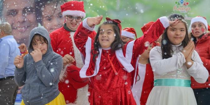 Özel çocukların renkli yılbaşı kutlaması