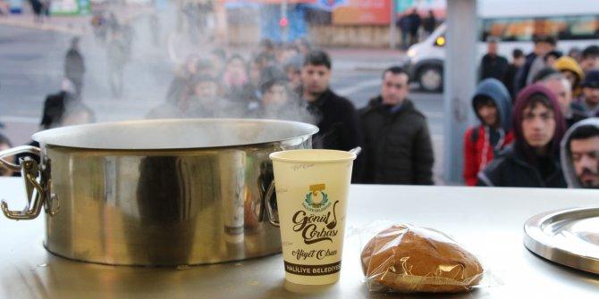 Şanlıurfa'da otobüs duraklarında çorba ikramı