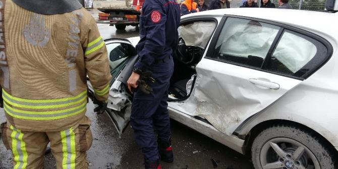 Pendik'te lüks otomobiller birbirine girdi: 2 yaralı
